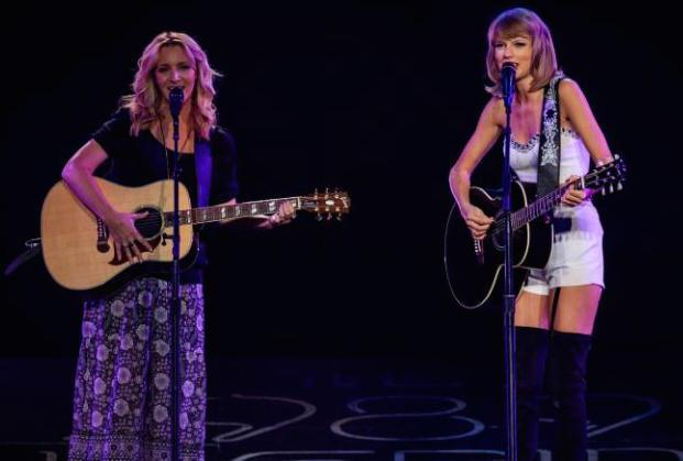 Taylor Swift, Lisa Kudrow Sing 'Friends' Classic 'Smelly Cat' (VIDEO)