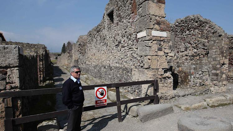 Thieves pry off ancient fresco from Pompeii walls