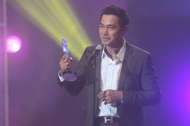 """Cesar Montano accepts his Best Supporting Award for """"El Presidente"""""""