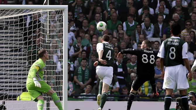 Celtic's Gary Hooper, 2nd right, scores his first goal during the Scottish Cup Final at Hampden Park, Glasgow, Sunday May 26, 2013. (AP Photo / Danny Lawson, PA) UNITED KINGDOM OUT - NO SALES - NO ARCHIVES