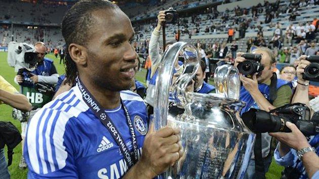 Chelsea staff break trophy (Eurosport)