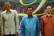 <p>US President Barack Obama (L) stands with Cambodian Prime Minister Hun Sen (C) and Chinese Prime Minister Wen Jiabao ahead of a gala dinner on the sidelines of the East Asia Summit in Phnom Penh. Obama is set to dive into the tumultuous diplomatic waters of the South China Sea on Tuesday.</p>