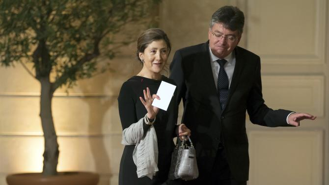 French-Colombian former senator Ingrid Betancourt (L) arrives with an unidentified guest for an official dinner hosted by French President Hollande at the Elysee Palace in Paris