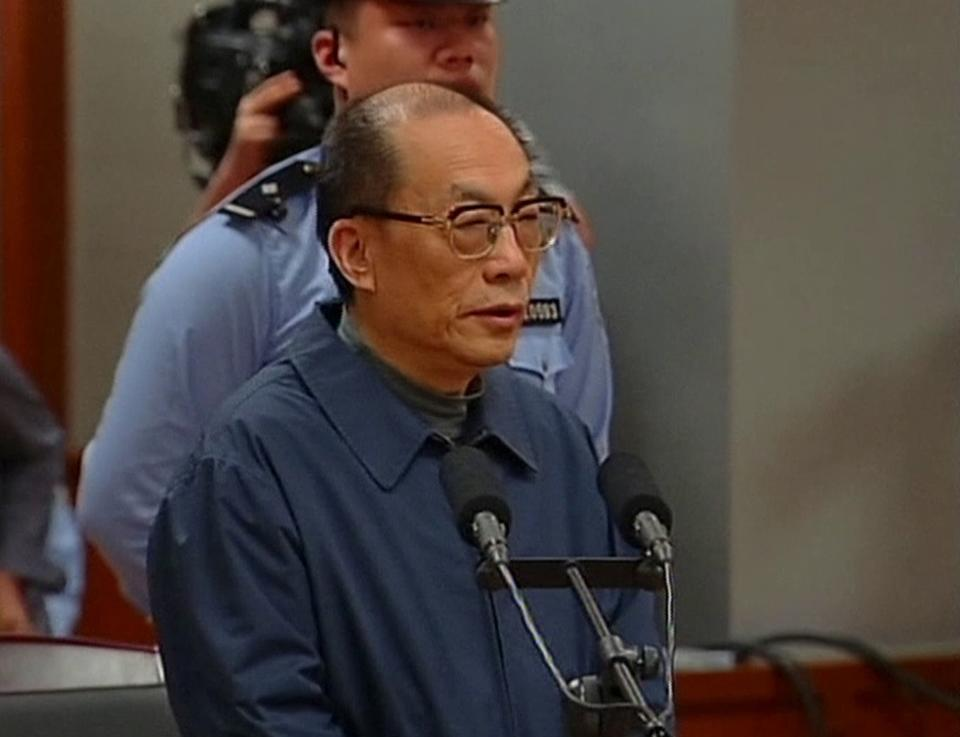 Ex-China railways boss admits guilt at graft trial