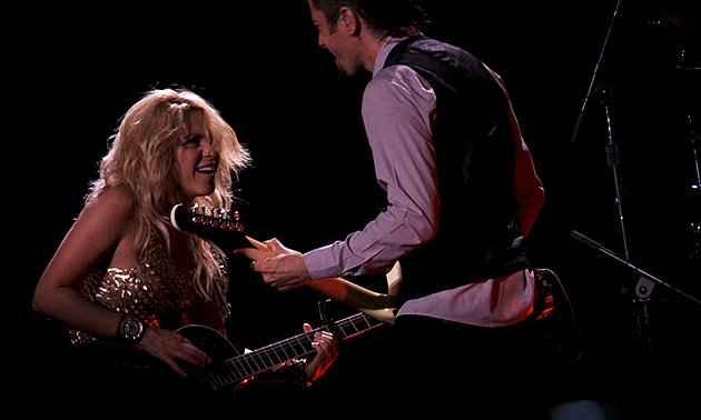 Shakira shows off her guitaring skills. (Yahoo! photo/Marianne Tan)