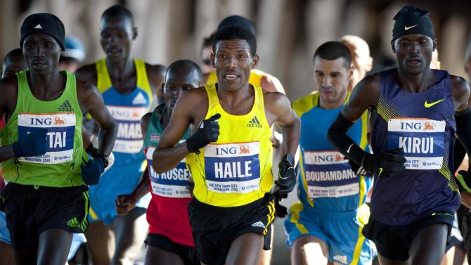 World record holder Haile Gebrselassie, center, of Ethiopia, runs with the men's pack during the New York City Marathon,  Sunday, Nov. 7, 2010, in New York. Gebrselassie dropped out at mile 16 with a right knee injury. (AP Photo/Stephen Chernin)
