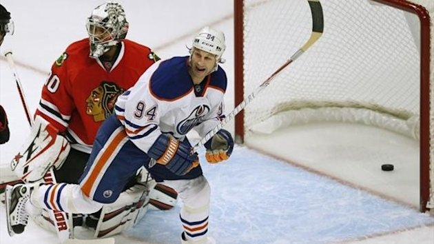 Edmonton Oilers&#39; Ryan Smyth (R) celebrates his team&#39;s goal on Chicago Blackhawks&#39; Ray Emery during the first period of their NHL hockey game in Chicago, Illinois, March 10, 2013