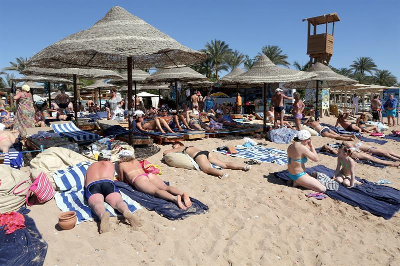 KEF01. Sharm Elsheikh (Egypt), 15/03/2015.- Tourists take a sunbath at the beach of the Red Sea resort of Sharm El-Sheikh, Egypt, 15 March 2015. The country's tourism industry was badly hit after the 25 January 2011 uprising that saw the departure of former President Hosni Mubarak. (Egipto) EFE/EPA/KHALED ELFIQI (Egipto) EFE/EPA/KHALED ELFIQI