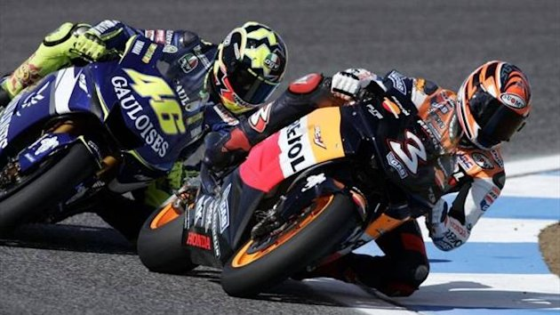Valentino Rossi takes on Max Biaggi in 2005 (Imago)