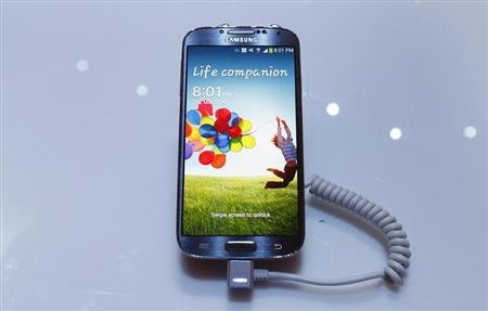 Samsung Electronics Co&#39;s latest Galaxy S4 phone is seen during its launch at the Radio City Music Hall in New York March 14, 2013. REUTERS/Adrees Latif
