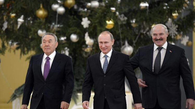 Russia's President Vladimir Putin (C), his Belarus counterpart Alexander Lukashenko (R) and Kazakh counterpart Nursultan Nazarbayev walk before a a meeting of the Supreme Eurasian Economic Council at the Kremlin in Moscow, December 24, 2013