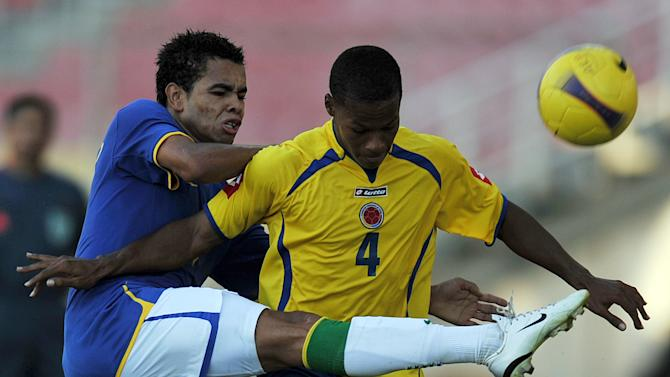 """Brazil's Douglas Pereira (left) vies for the ball with Colombian Rafael Toloi during a match of the U-20 South American Championships at the """"Jose Antonio Anzoteagui"""" Stadium in Puerto La Cruz, Venezuela on February 6, 2009"""