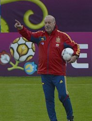Spanish headcoach Vicente Del Bosque gestures during a training session in Gniewino on June 16, 2012 during the Euro 2012 football championships. AFP PHOTO/ PIERRE -PHILIPPE MARCOU