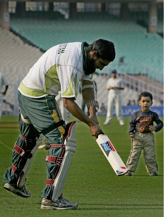 Pakistan cricketer Mohammad Yousuf (L) p