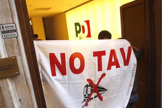 Attivisti No Tav occupano la sede del PD partito democratico