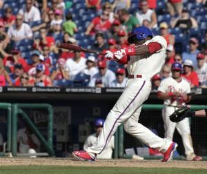 Mayberry singles in 10th, Phillies beat White Sox