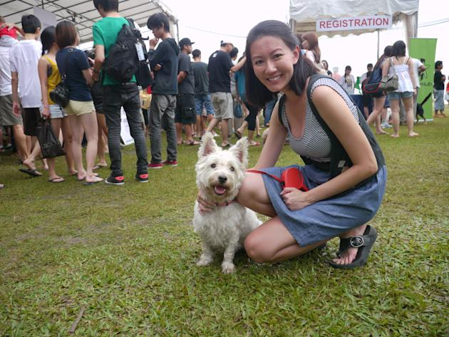 Fly Entertainment artiste Jacqueline Chow brings her pet dog (Yahoo! Photos/Clarence Chen)