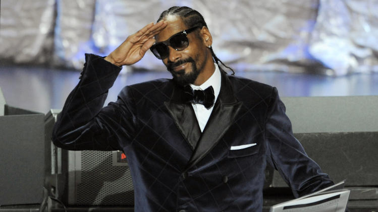 "FILE - In this Aug. 11, 2011 file photo, Snoop Dogg salutes the crowd after winning a BMI award for his song ""Gangsta Luv"" during the 11th Annual BMI Urban Awards, in Los Angeles. Twitter, which in its 5-year existence has reshaped how people shop, how they vote and even how they start revolutions, is also changing how companies pitch products to you.  (AP Photo/Chris Pizzello, File)"