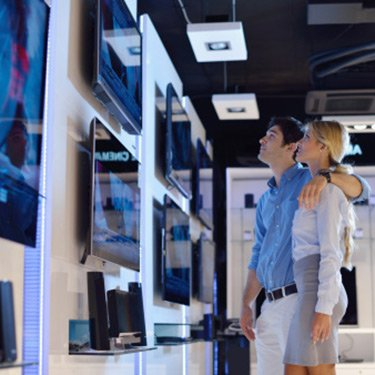 Young-couple-in-electronics-store_web