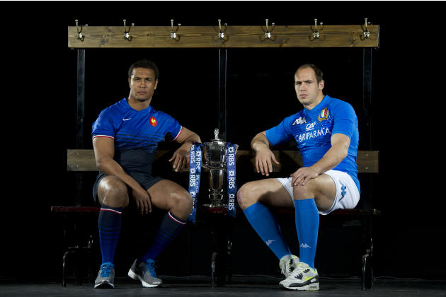 France captain Thierry Dusautoir (L) and Italy captain Sergio Parisse (R) pose for photographers flanking the trophy during the launch of the Six Nations Rugby Championship in London on January 25, 20