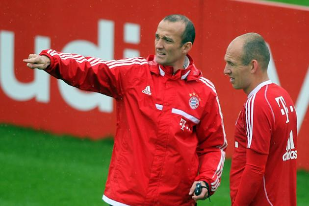 Bayern Munich's Arjen Robben, right, listens to a direction during a training session at the ASPIRE Academy for Sports Excellence in Doha,Qatar, Saturday, Jan. 11, 2014