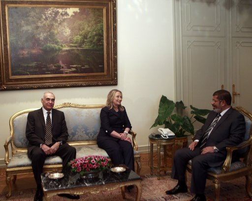 Egypt's President Mursi meets with U.S. Secretary of State Clinton and Egypt's Foreign Minister Kamel Amr at the presidential palace in Cairo