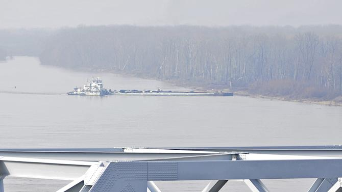 The towboat Nature Way Endeavor banks a barge against the western bank of the Mississippi River, Sunday, Jan. 27, 2013. The river was closed to all traffic eight miles north and south of Vicksburg. (AP Photo/Vicksburg Post, Eli Baylis)