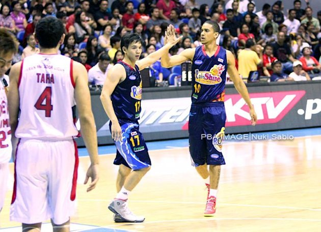 Chris Tiu and Gabe Norwood exchange high fives. (Nuki Sabio/PBA Images)