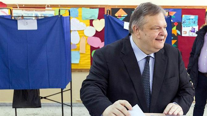 BRS01. Thessaloniki (Greece), 25/01/2015.- Greek PASOK Socialist party leader Evangelos Venizelos casts his ballot at a polling station in Thessaloniki, Greece 25 January 2015. Some 9,850,000 voters take to the polls throughout Greece on Sunday in critical general elections that will determine the country's future. (Elecciones, Grecia, Salónica) EFE/EPA/SOTIRIS BARBAROUSIS