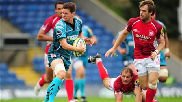 Gloucester&#39;s Freddie Burns gets away from the dive of London Welsh&#39;s Gordon Ross and Seb Jewell (right) (PA)