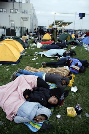 Refugees sleep in front of the border station of Obretzje,…