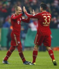 Arjen Robben (L) and Mario Gomez of Bayern Munich celebrate after defeating Borussia Dortmund after their German soccer cup, DFB Pokal, quarter final soccer match in Munich February 27, 2013. REUTERS/Kai Pfaffenbach