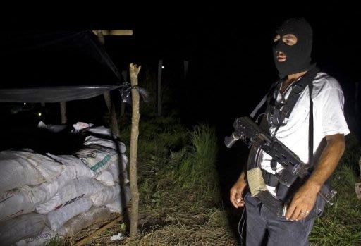 """Un miembro de la llamada """"autodefensa"""" durante una ronda de seguridad en el pueblo de Aguililla, estado de Michoacán, el 25 de julio de 2013. Las """"autodefensas"""" protegen a los habitantes de este pueblo emblemático del narcotráfico mexicano situado en el convulso Michoacán (oeste), del que han logrado expulsar al violento cártel local Los Caballeros Templarios. (AFP   ronaldo schemidt)"""