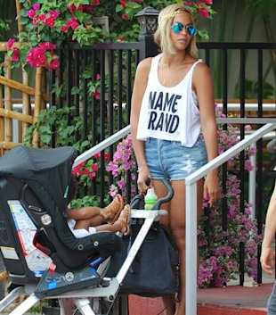 Beyonce Steps Out With Jay Z and Blue Ivy Sporting Longer Bob (PHOTOS)