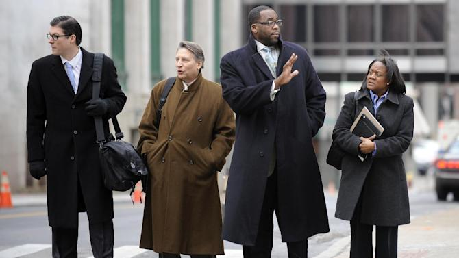 Kwame Kilpatrick, second from right, goes to federal court in Detroit on Monday Monday Jan. 7, 2013.  Derick Miller, a longtime confidant of the former Detroit mayor, testified against Kilpatrick at his corruption trial Monday telling jurors he passed thousands of dollars to Kilpatrick from a contractor at the city's convention center. Kilpatrick resigned as mayor in 2008. Miller pleaded guilty to corruption in 2011 and agreed to cooperate with prosecutors. (AP Photo/Detroit News,David Coates )  DETROIT FREE PRESS OUT; HUFFINGTON POST OUT