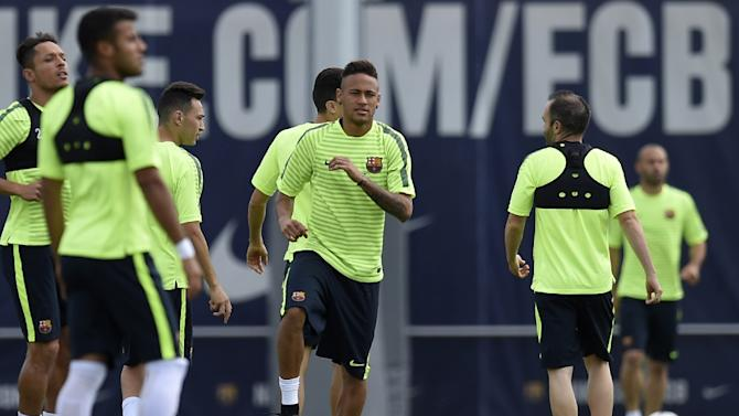 Barcelona's Neymar (C) trains with his teammates at the Sports Center FC Barcelona Joan Gamper on April 5, 2015, on the eve of their Champions League semi-final first leg football match against Bayern Munich