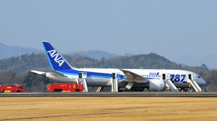 Japan 787 makes emergency landing due to battery