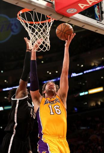 Lakers hold off Nets 95-90, win D'Antoni's debut