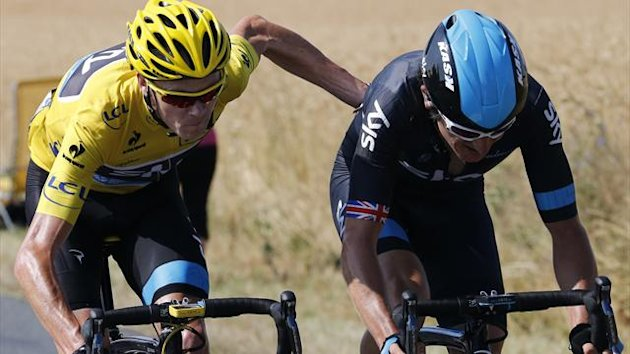 Chris Froome helps team-mate Geraint Thomas (AFP)