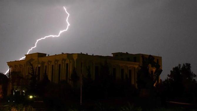 ISB01. Islamabad (Pakistan), 29/03/2015.- A view of a lightening strike during an evening thunder storm, in Islamabad, Pakistan 28 March 2015. EFE/EPA/SOHAIL SHAHZAD