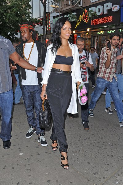 This is the year of the exposed midriff and Rihanna has taken to exposing the upper quadrant of her abs with glee. (Who wouldnt?) Turning more than a few heads in NYCs Greenwich Village, she pairs a