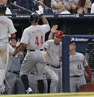 Justin Maxwell (44), de los Astros de Houston, es felicitado en el dugout despus de batear un cuadrangular de dos carreras contra los Bravos de Atlanta, en la cuarta entrada del juego del sbado 4 de agosto de 2012, en Atlanta. (Foto AP/John Bazemore)