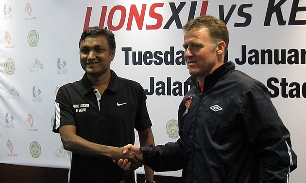 Lions XII coach V. Sundramoorthy (left) and Kelantan coach Peter Butler shake hands at the pre-match conference. (Yahoo! photo)