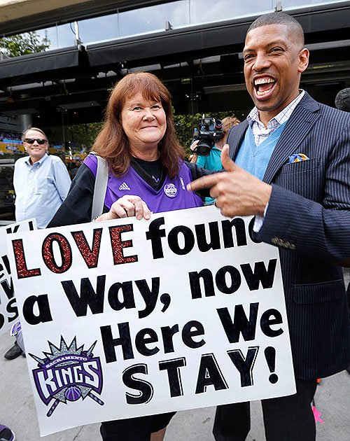 Sacramento-mayor-kevin-johnson-and-kings-fan-barbara-rust-celebrate-on-monday.-ap-rich-pedroncelli