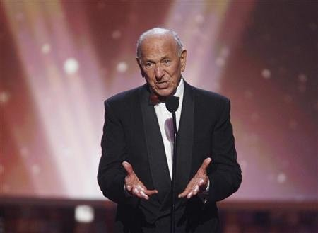 "Actor Jack Klugman, star of the TV series ""The Odd Couple"", speaks about writer, director and producer Garry Marshall who received the Legend Award at the taping of the 6th annual TV Land Awards in Santa Monica June 8, 2008. REUTERS/Fred Prouser"
