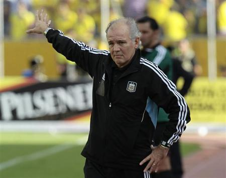 Argentina's coach Alejandro Sabella instructs his players during a 2014 World Cup qualifying soccer match against Ecuador in Quito June 11, 2013. REUTERS/Guillermo Granja/Files