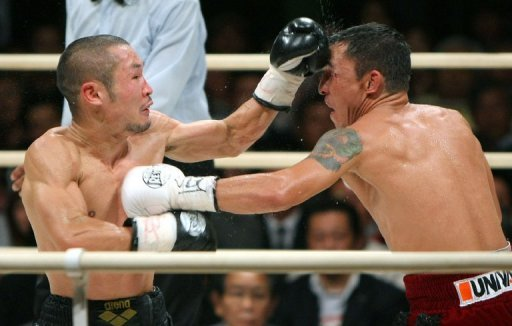 Nobuo Nashiro (left) and Mexican challenger Hugo Cazares trade blows during the WBA super flyweight title match in Osaka