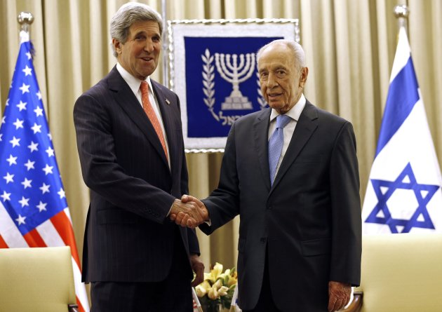 U.S. Secretary of State Kerry shakes hands with Israeli President Shimon Peres in Jerusalem