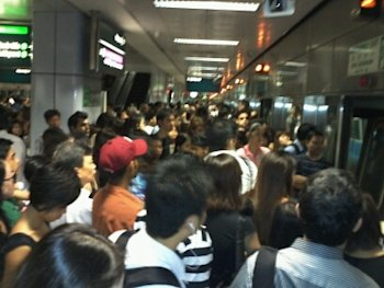 Hundreds of commuters delayed at Outram Park MRT station. (Yahoo! photo)