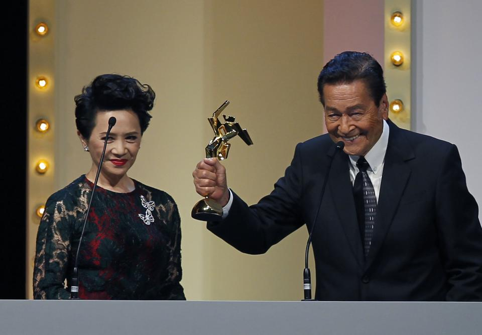 "Actor Eddie Garcia of the Philippines raises his trophy after winning the People's Choice Favourite Actor award for his role in the film "" Bwakaw "", at the Asian Film Awards in Hong Kong Monday, March 18, 2013. At left is the Hong Kong actress Deanie Ip. (AP Photo/Vincent Yu)"